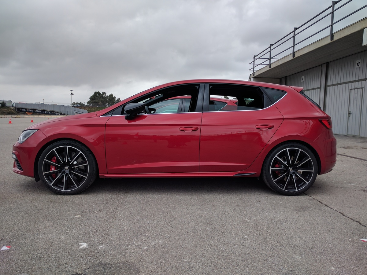 2017 SEAT Leon CUPRA 300 review - road and track ...