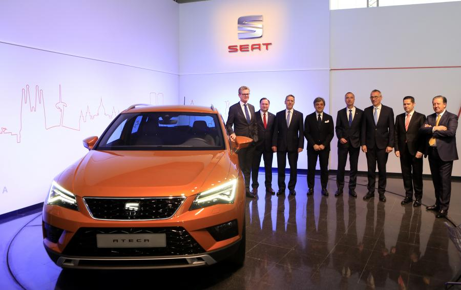 Members of SEAT Executive Committee with the Ateca, the first SUV of the brand.
